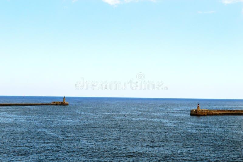 Leuchtturm zwei im Meer malta lizenzfreies stockbild