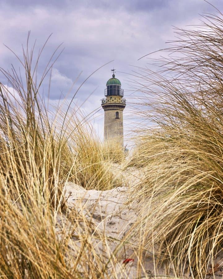 Leuchtturm zwischen Dünengras Rostock, Warnemünde, Deutschland stockfoto