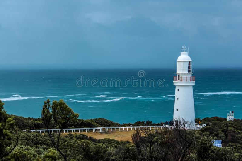 Leuchtturmleuchtfeuer an der Küste des Ozeans lizenzfreie stockfotos