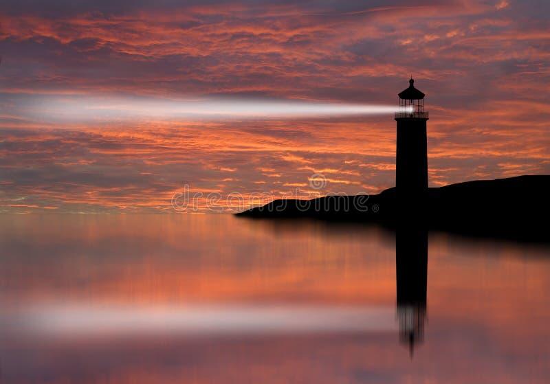 Leuchtturmscheinwerferstrahl durch Meeresluft nachts. lizenzfreies stockfoto