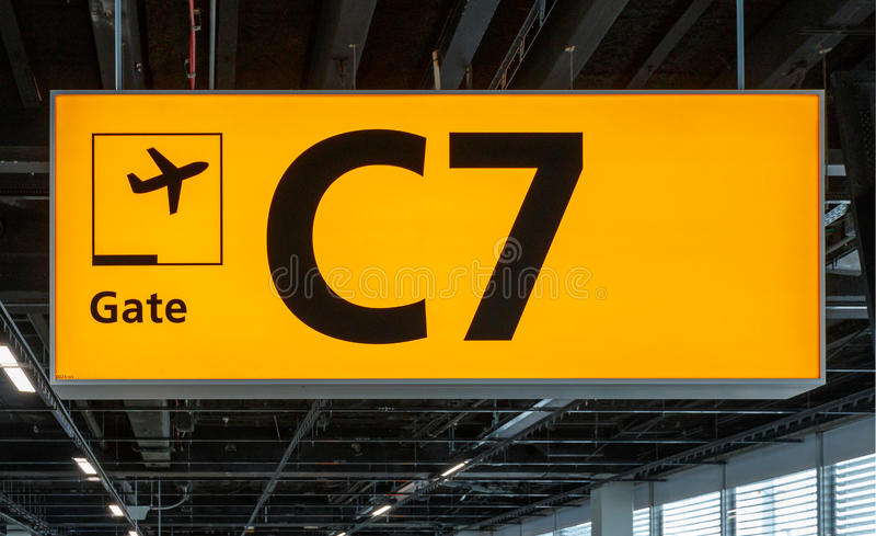 Leuchtzeichen am Flughafen mit Torzahl stockfotos