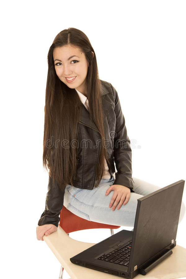 Leuk Aziatisch Amerikaans schoolmeisje die een leerjasje dragen stock foto