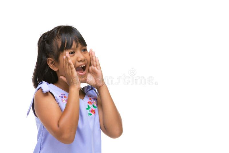Leuk Aziatisch donker meisje die een grappige emotie op gezicht maken royalty-vrije stock fotografie
