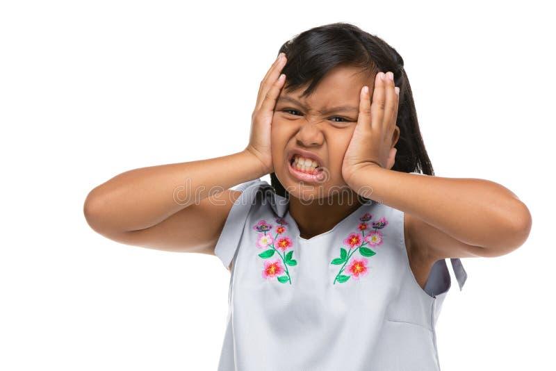 Leuk Aziatisch donker meisje die een grappige emotie op gezicht maken royalty-vrije stock foto's