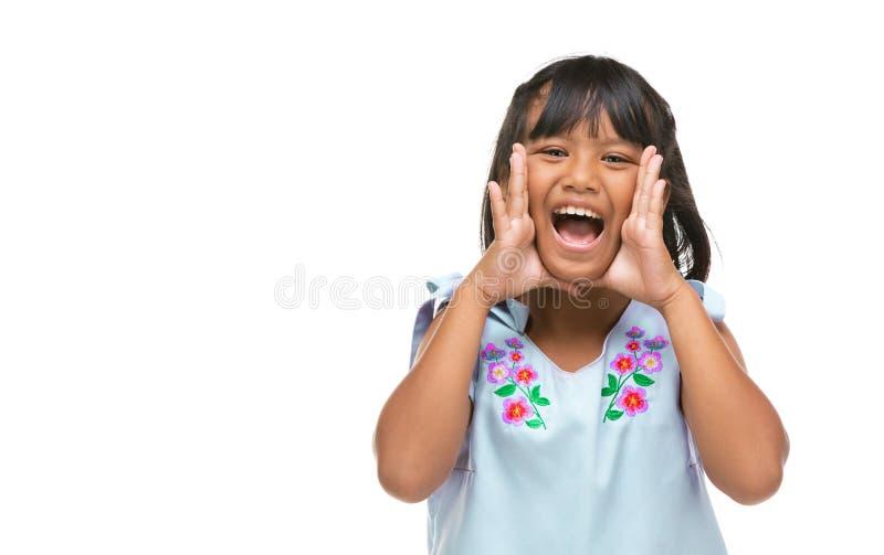Leuk Aziatisch donker meisje die een grappige emotie op gezicht maken stock foto