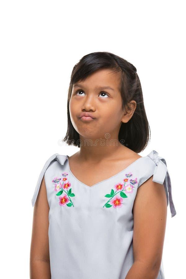 Leuk Aziatisch donker meisje die een grappige emotie op gezicht maken stock afbeelding