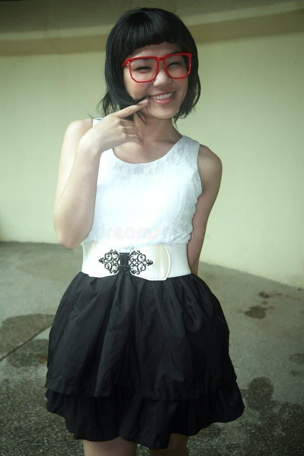 Leuk Aziatisch meisje dat glazen draagt stock foto's