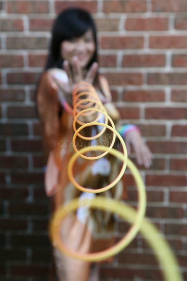 Leuk Aziatisch meisje met stiekem speelgoed stock foto