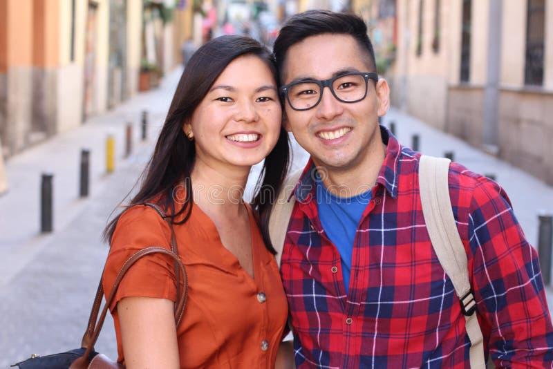 Leuk Aziatisch paar die in openlucht glimlachen royalty-vrije stock foto