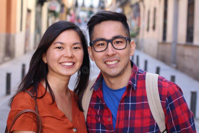 Leuk Aziatisch paar die in openlucht glimlachen stock foto's