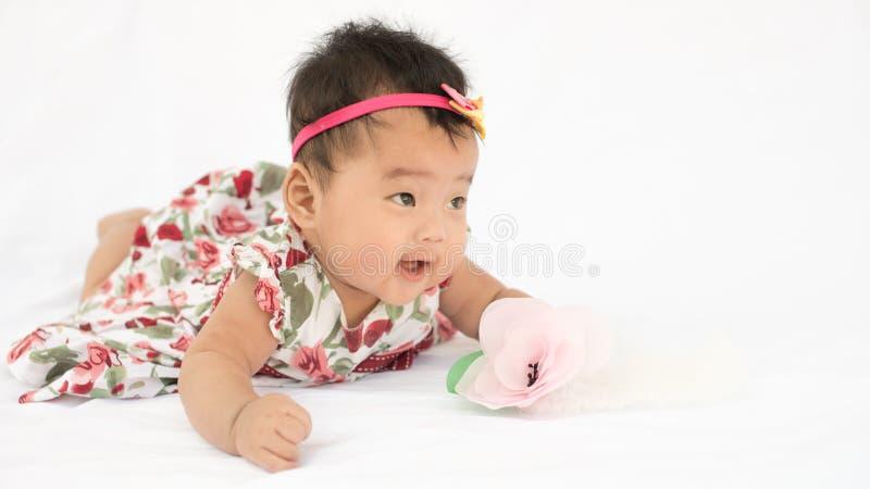 Leuk baby glimlachend meisje met hoofdband stock afbeeldingen