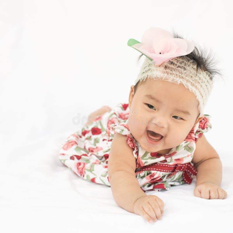 Leuk baby glimlachend meisje met roze hoofdband royalty-vrije stock foto