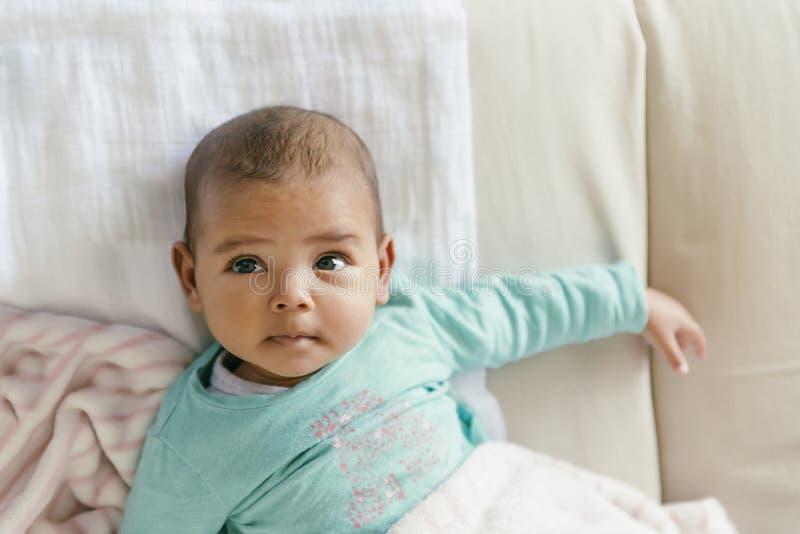 Leuk Babymeisje die in de Voederbak liggen royalty-vrije stock afbeeldingen