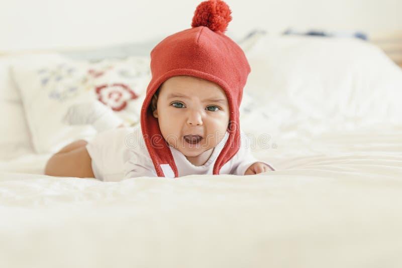 Leuk Babymeisje die in de Voederbak liggen royalty-vrije stock fotografie
