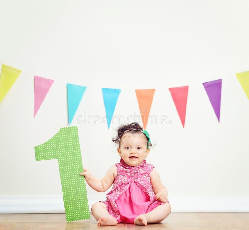 Leuk babymeisje die haar eerste verjaardag vieren royalty-vrije stock foto