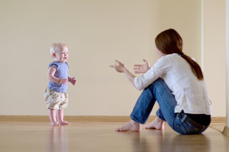Leuk babymeisje die leren te lopen royalty-vrije stock afbeelding