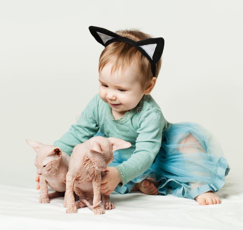 Leuk babymeisje met katjes stock foto's