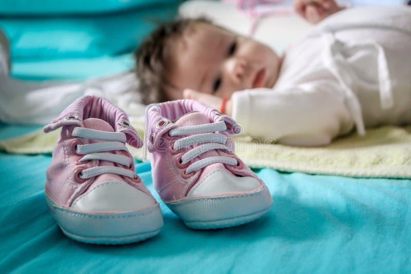 Leuk babymeisje met roze schoenen stock foto