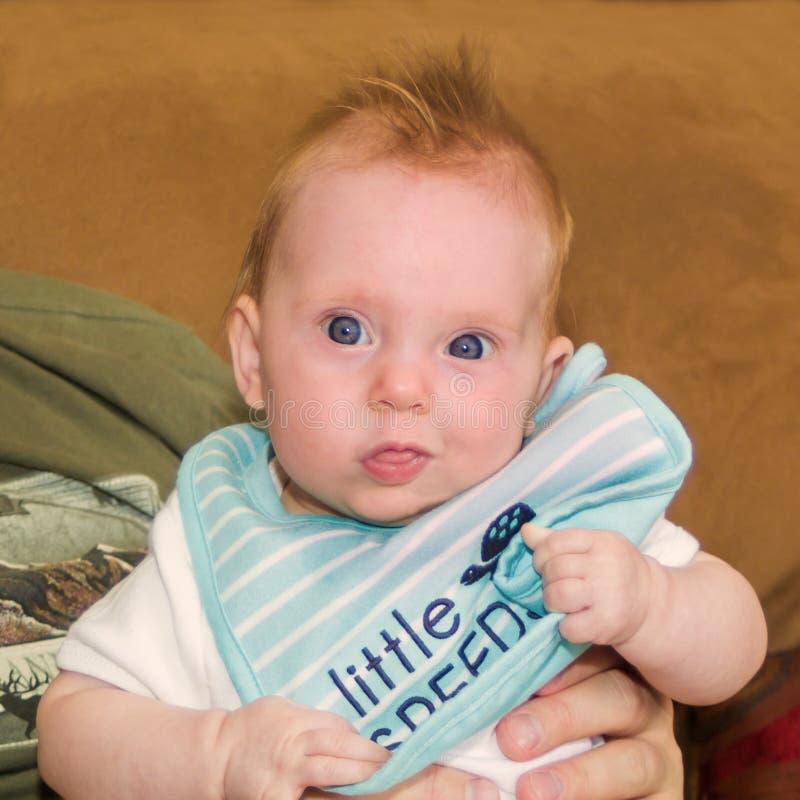 Leuk bijna oud babymeisje van vier maanden royalty-vrije stock foto