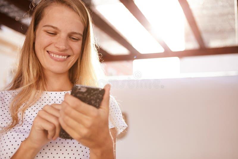 Leuk blond meisje met een toothy glimlach stock foto