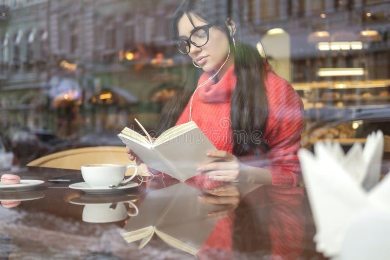 Leuk brunette plus groottevrouw die aan een freelance afstand werken, royalty-vrije stock afbeelding
