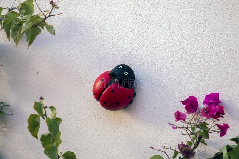 Leuk ceramisch onzelieveheersbeestjeinsect stock foto