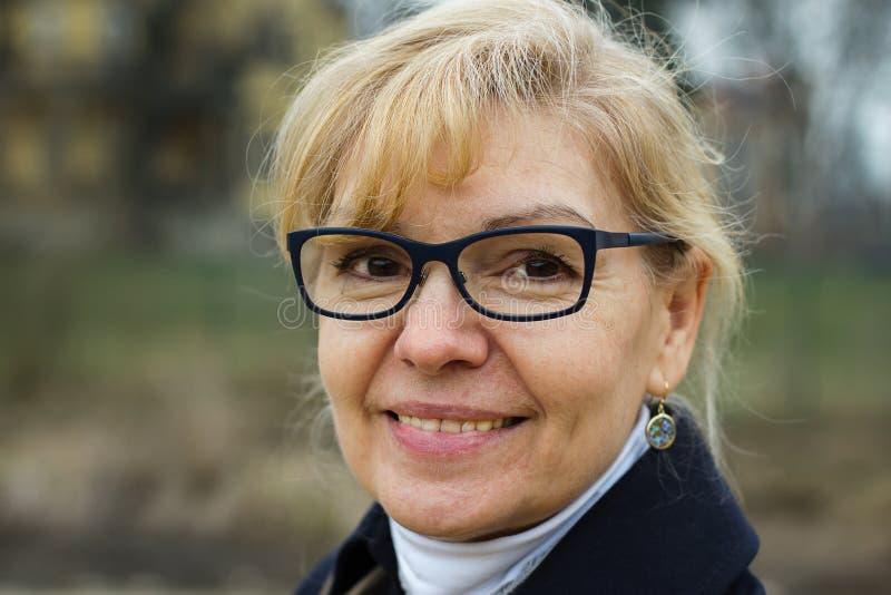 Leuk de herfstportret van de blonde volwassen vrouw royalty-vrije stock foto's
