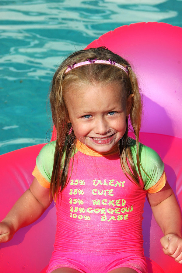 Leuk de zomermeisje royalty-vrije stock fotografie