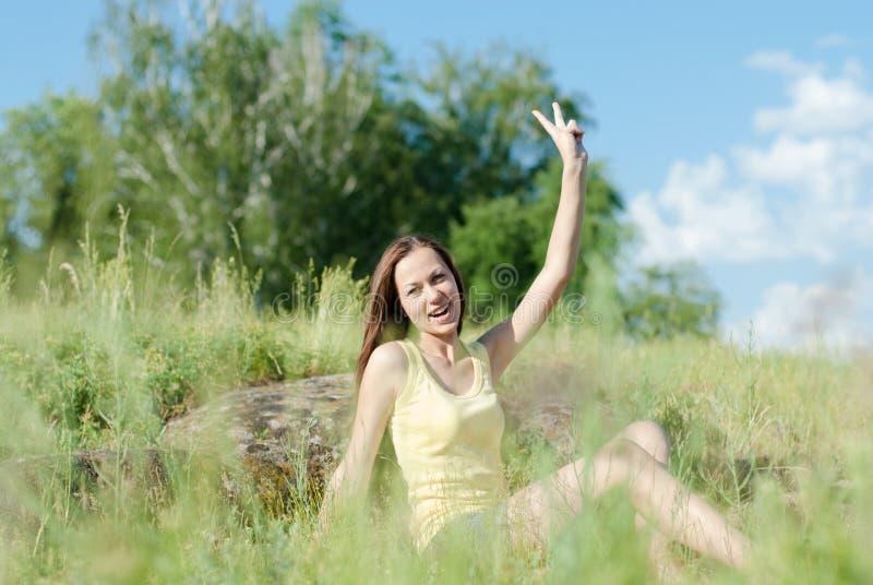 Leuk de zomermeisje die een rust hebben openlucht stock foto's
