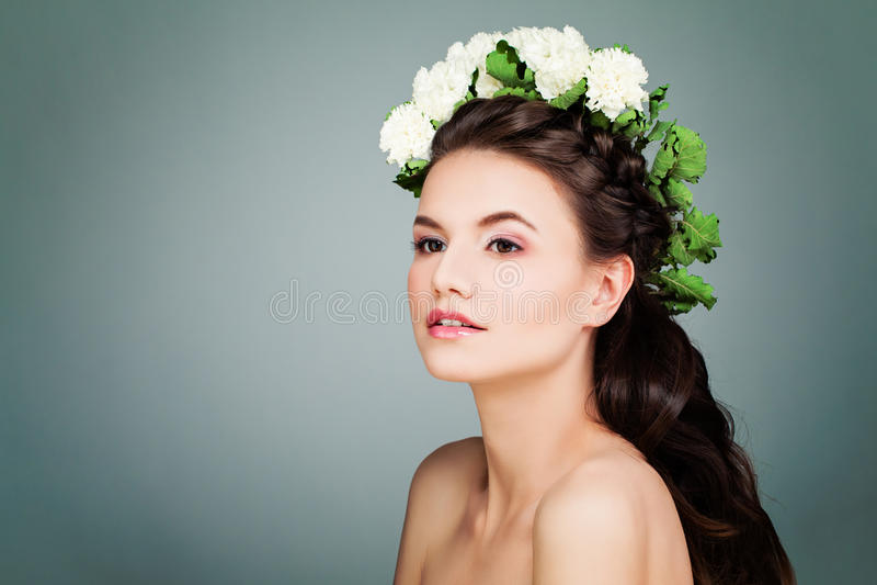 Leuk Donkerbruin ModelWoman met het Kapsel, de Make-up en het Wit van Prom stock fotografie