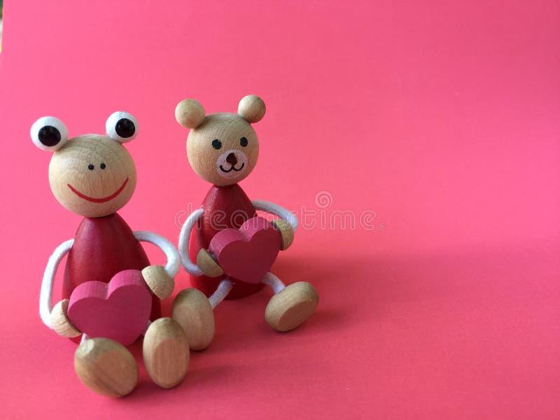 Leuk draag en de kikker draagt hart houten speelgoed stock afbeelding