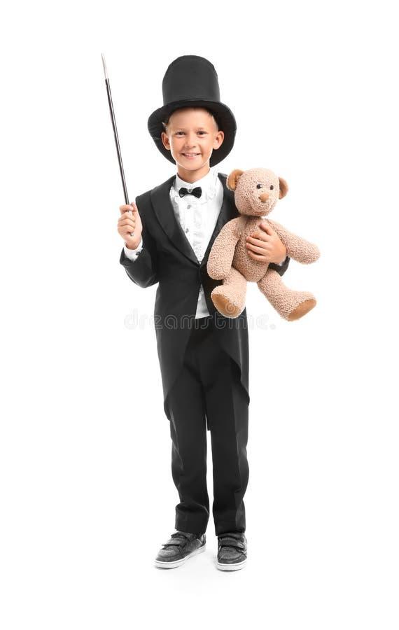 Leuk draagt weinig tovenaar met stuk speelgoed op witte achtergrond stock foto