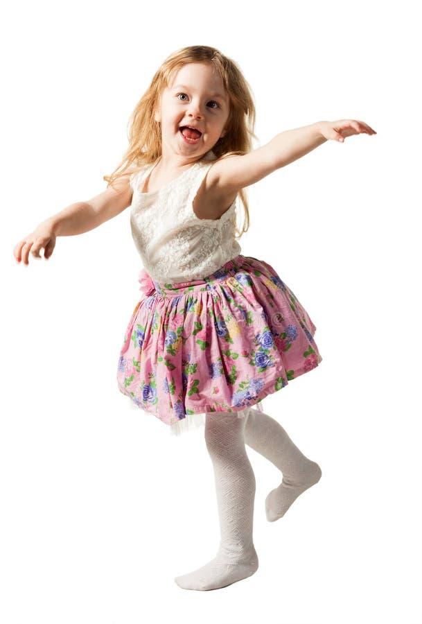 Leuk driejarig meisje die die met vreugde springen op witte achtergrond wordt geïsoleerd stock foto's