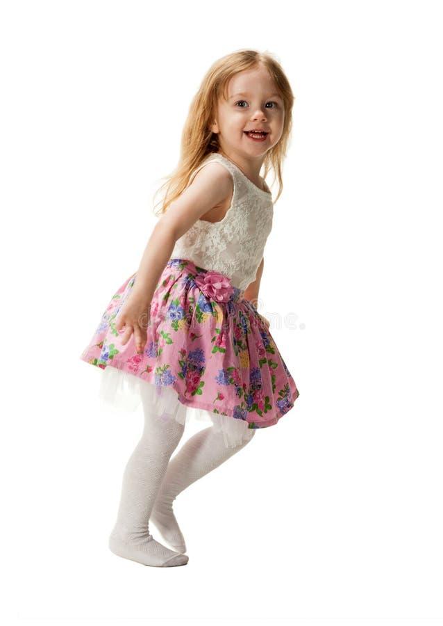 Leuk driejarig meisje die die met vreugde springen op witte achtergrond wordt geïsoleerd stock fotografie
