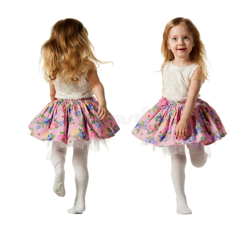Leuk driejarig meisje die die met vreugde springen op witte achtergrond wordt geïsoleerd royalty-vrije stock afbeeldingen