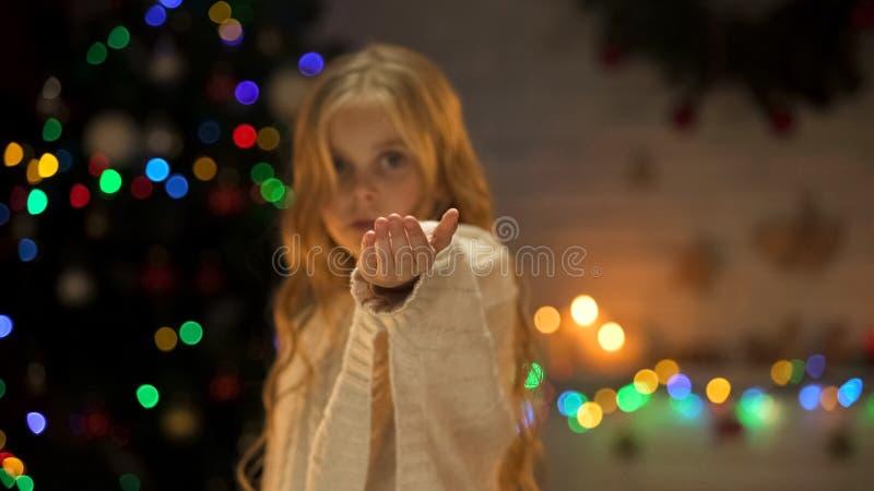 Leuk eenzaam wijfje die om hulp het standhouden hand, liefdadigheid in weeshuis vragen, Kerstmis stock fotografie