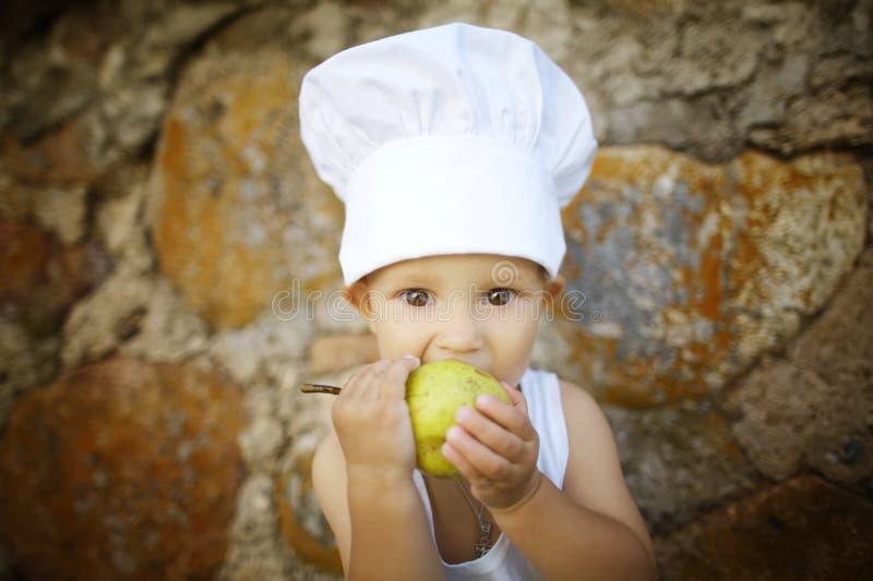 Leuk eet weinig jongen appel royalty-vrije stock afbeeldingen