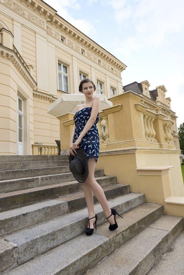 Leuk elegant model in openluchtspruit stock foto