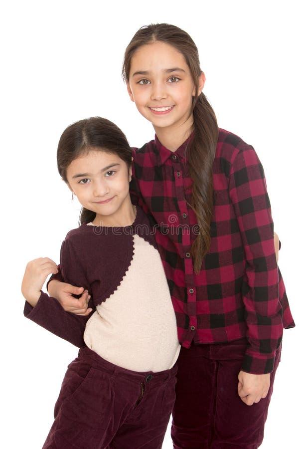 Leuk en grappig weinig zuster het koesteren stock foto
