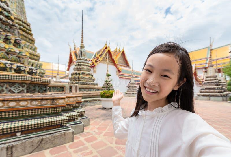 Leuk gelukkig glimlachend toeristenmeisje die zelf-portretbeeld nemen bij stock afbeelding