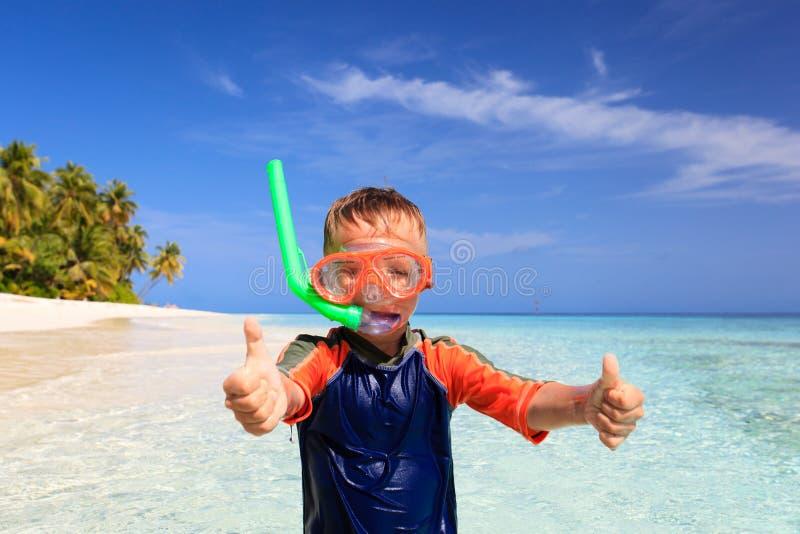 Leuk gelukkig weinig jongen die met omhoog duimen zwemmen royalty-vrije stock fotografie