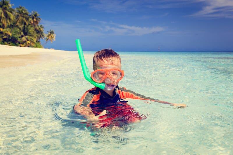 Leuk gelukkig weinig jongen die met omhoog duimen zwemmen royalty-vrije stock afbeelding