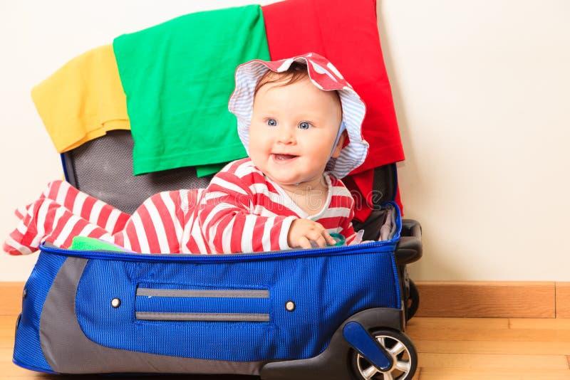 Leuk geniet van weinig babymeisje inpakkend, jonge geitjesreis stock afbeelding