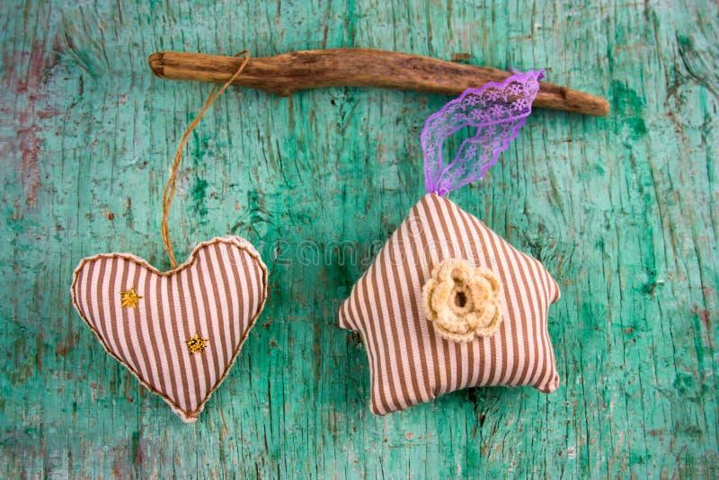 Leuk gestript zacht stuk speelgoed hart en huis stock afbeelding