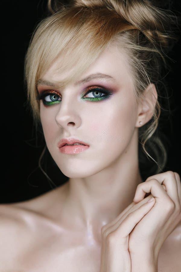 Leuk Gezichtsmodel met de Close-upfoto van de Gezichtssamenstelling royalty-vrije stock fotografie