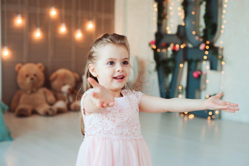 Leuk glimlachend 5 jaar oude kindmeisje het vieren verjaardags stock foto's