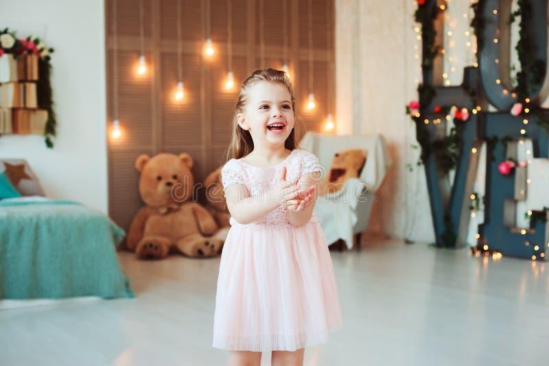 Leuk glimlachend 5 jaar oude kindmeisje het vieren verjaardags royalty-vrije stock foto