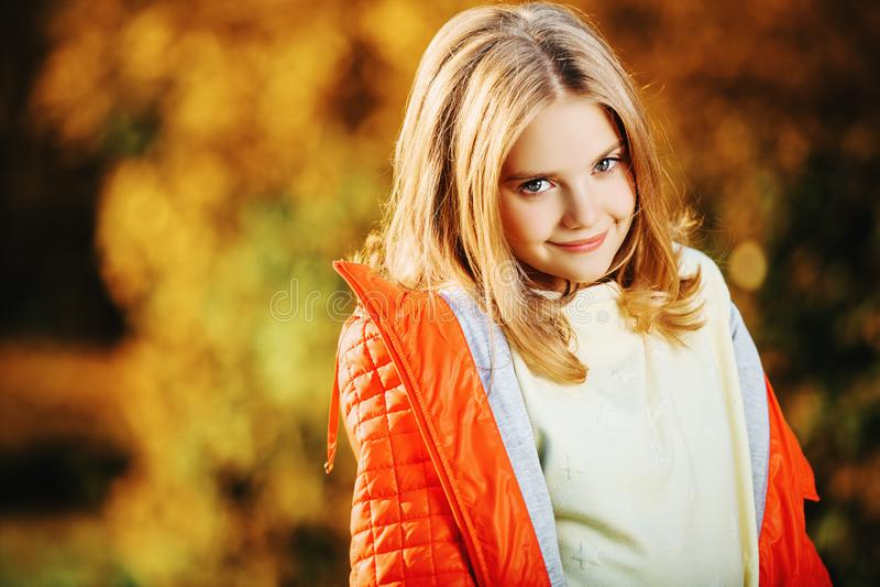 Leuk glimlachend meisje stock fotografie