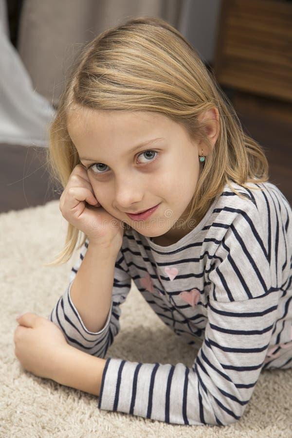 Leuk glimlachend meisje royalty-vrije stock afbeeldingen