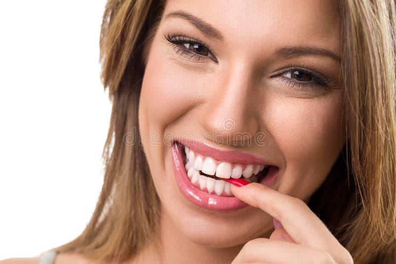 Leuk glimlachend meisje met perfecte glimlach royalty-vrije stock fotografie